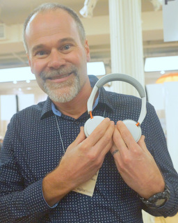 Plantronics' Tom Criswell with BackBeat 500 (Techstination photo by L. Fishkin)