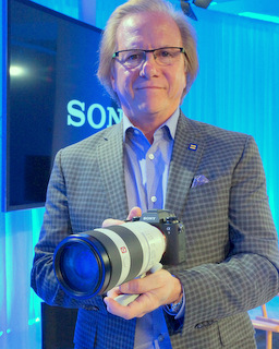 Sony Electronics President Mike Fasulo with a9 and new 100-400 G lens (Techstination photo by Lori Fishkin)